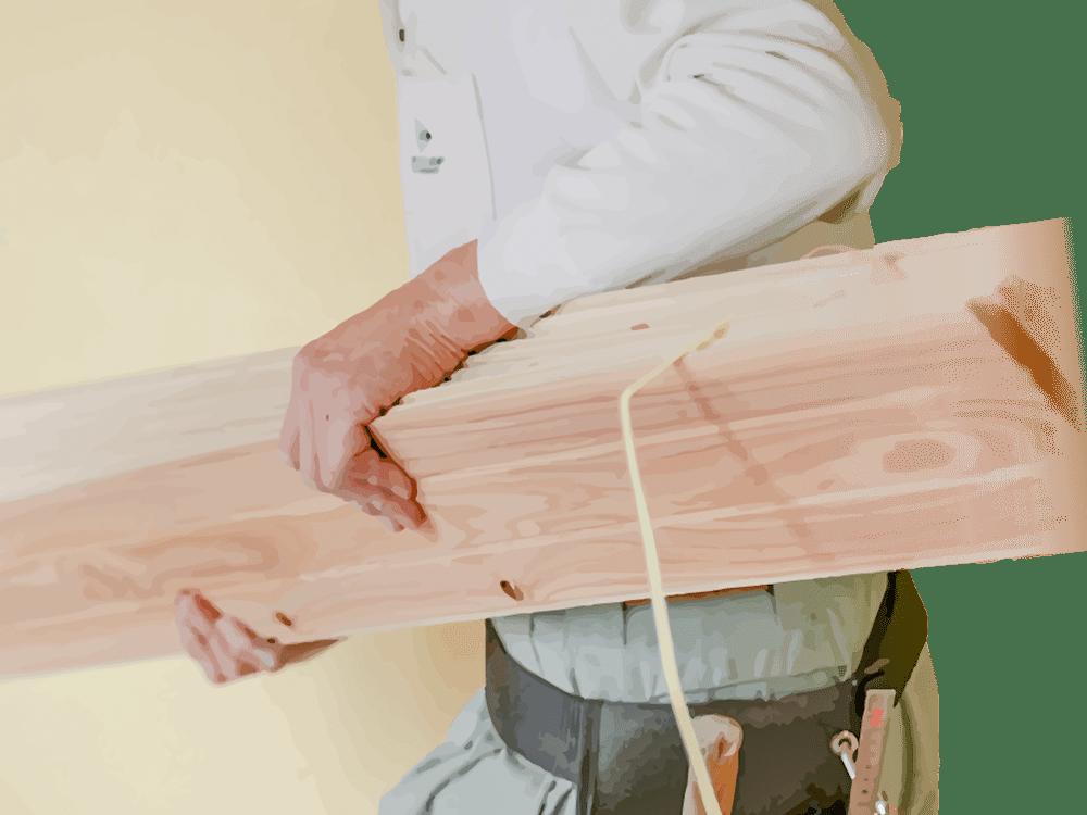 耳納杉の板を運ぶ職人