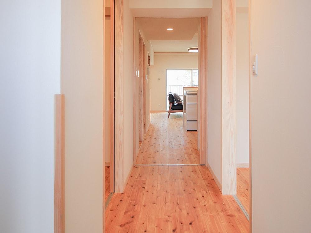 木箱 Atago|玄関から見たリビングの写真