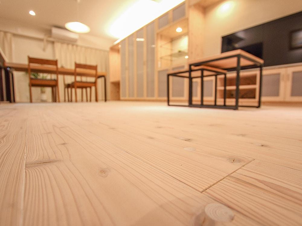 木箱 Hie|低い位置から見たリビングの写真