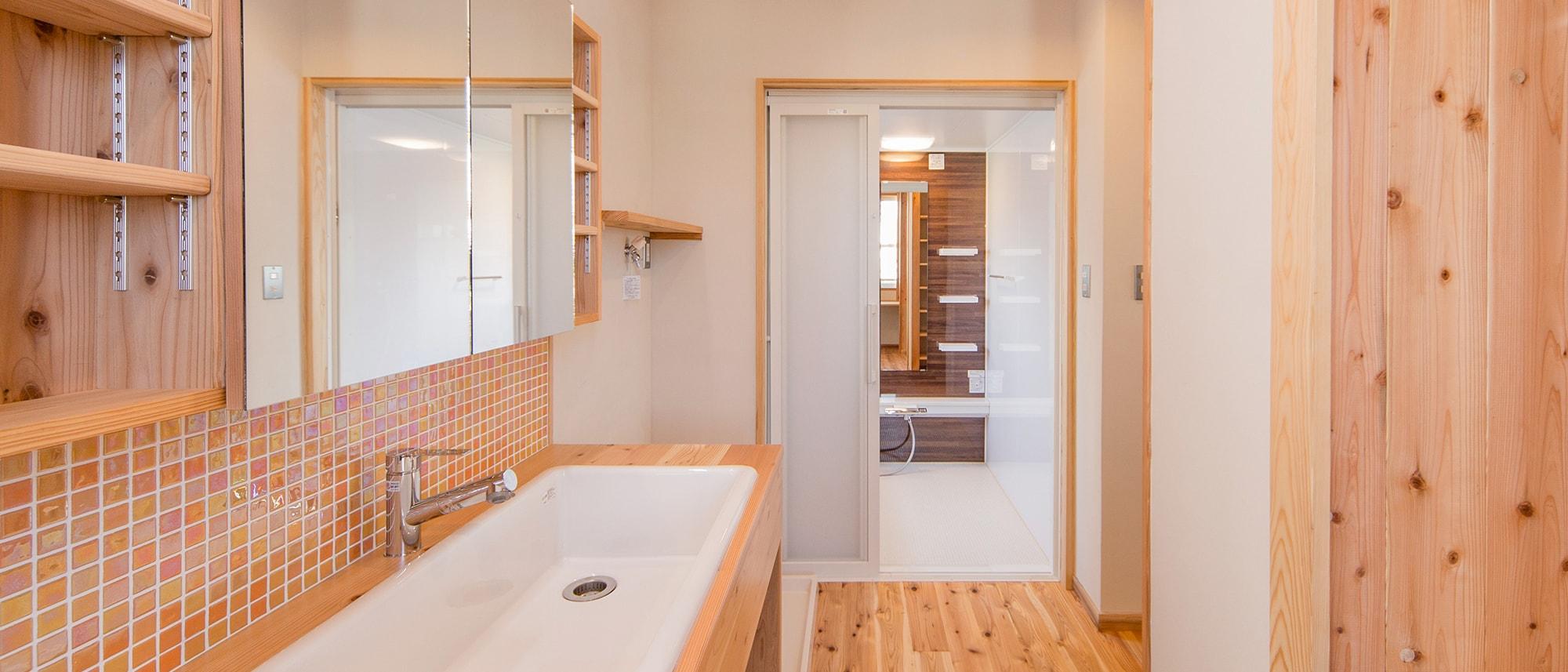 木箱 Kashiihama|洗面台から見た浴室の写真