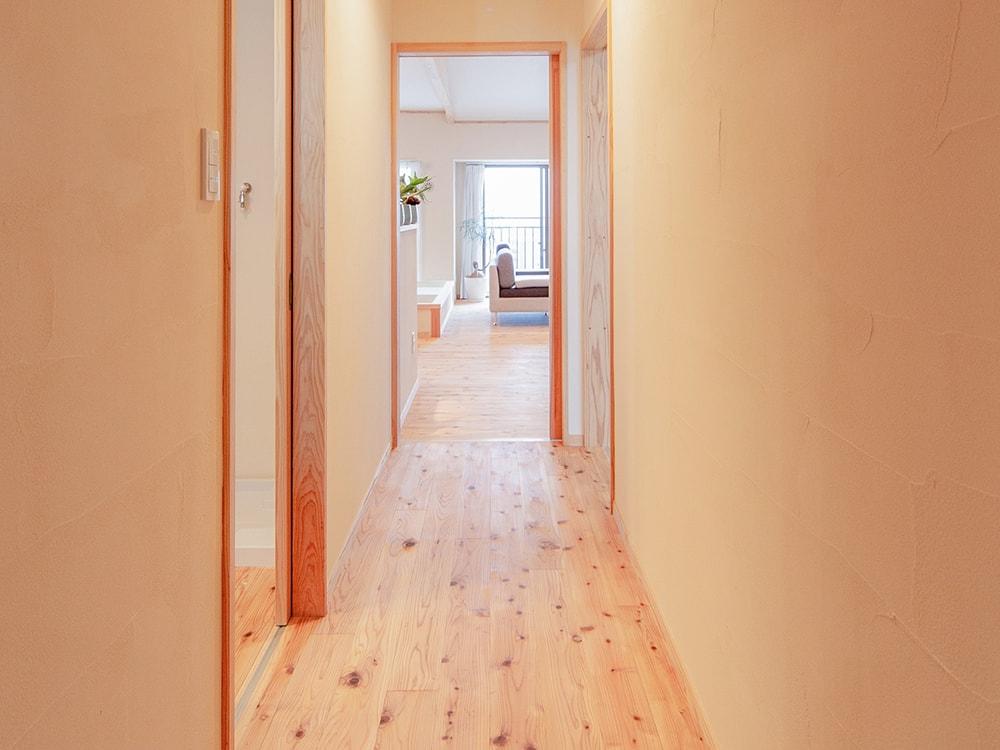 木箱 Meinohama 玄関から見たリビングの写真