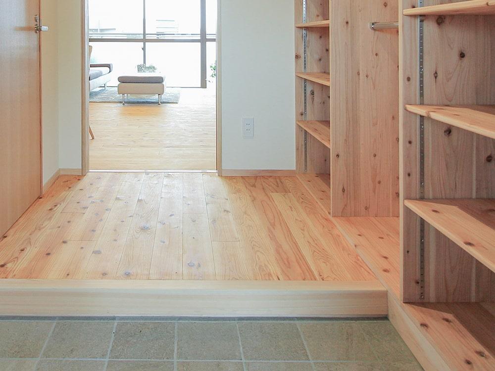 木箱 Nazima|玄関から見たリビングの写真