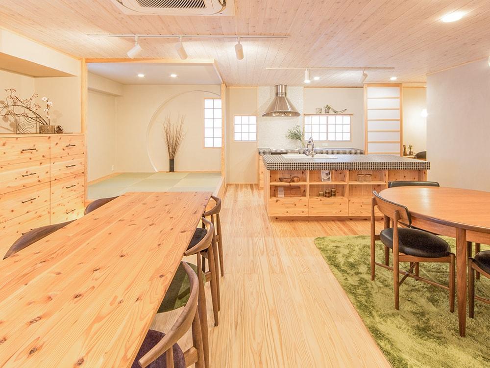 木箱 Sugi|リビングから見たキッチンの写真