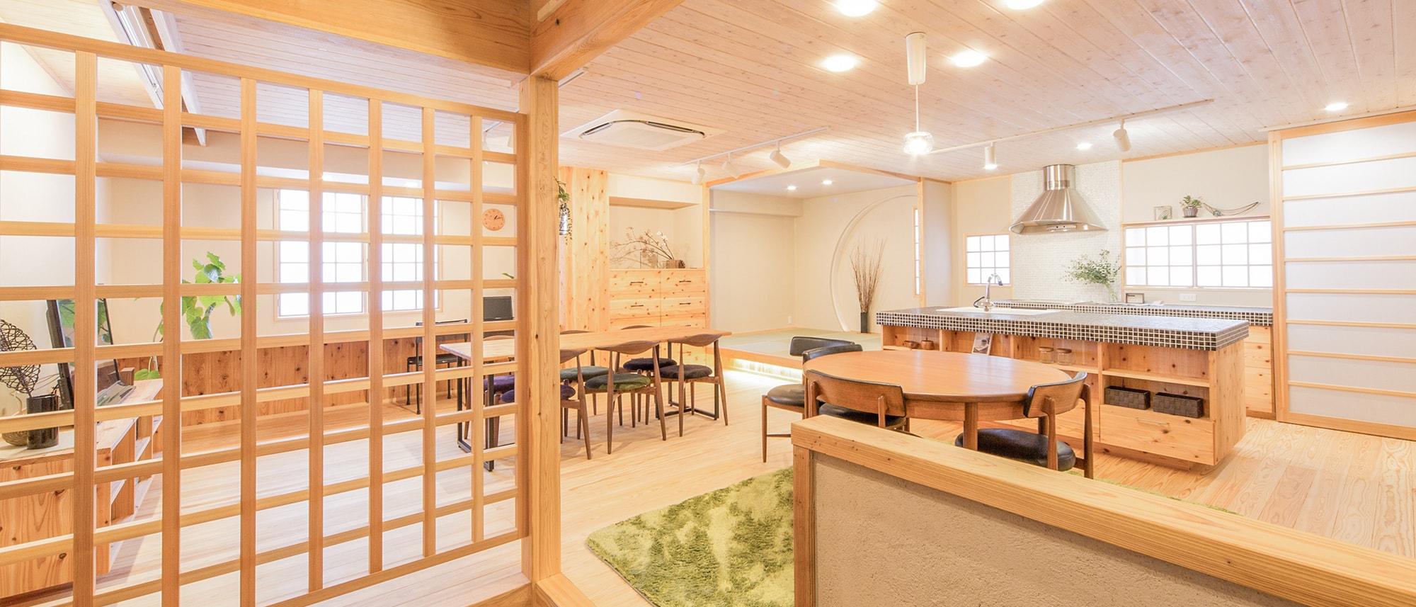 木箱 Sugi|玄関から見たリビングの写真